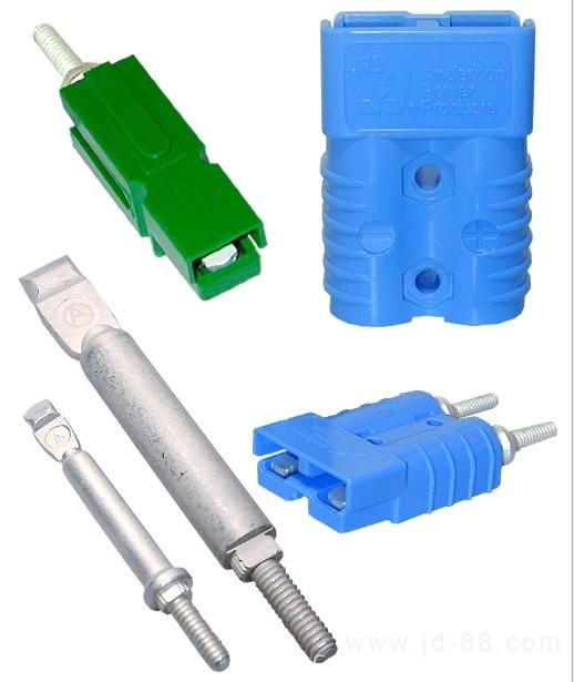 产品名称:Anderson安德森单极/双极电池电源电力连接器 额定电压:600V 额定电流:10A~350A 接口方式:防呆接插 胶壳颜色:灰色、红色、蓝色、黑色、绿色、黄色等 端子接线范围:美规线标20AWG-3/0AWG ??? 主要材料:紫铜镀银端子,PC外壳,不锈钢弹片 连接器防火等级:UL94v0 配件:拉手/防尘盖 产品优点: 快速连接与断开,可互换无公母设计,利于减少库存,多色、模块式外壳、极性化外壳,安装方便简易。可在大电流 下保持最小的接触电阻,在断开过程中产生的滑动接触动作可清洁端子表