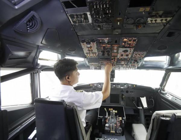 飞机的驾驶舱内还配置有模拟飞行系统